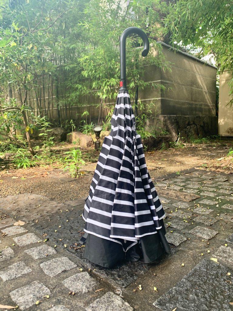 【服が濡れない】逆さに開く傘のメリット4つ【自立する】